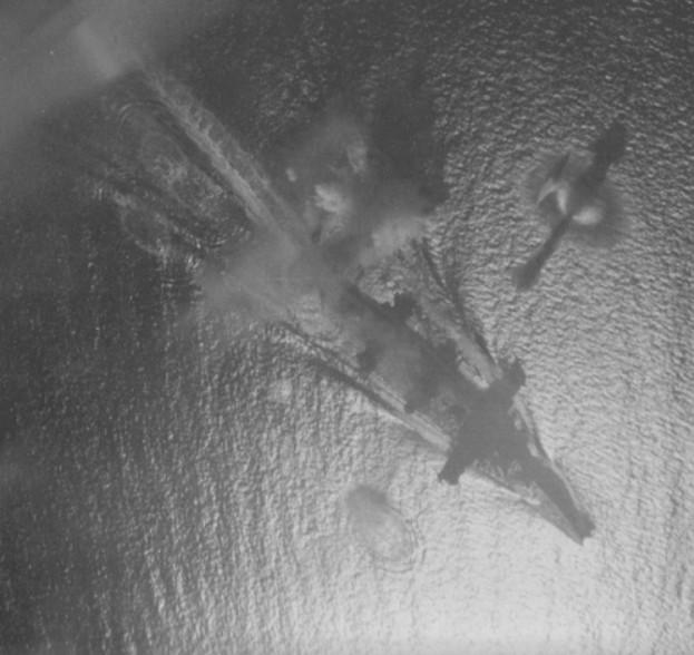 Американская палубная авиация атакует линкор «Фусо»