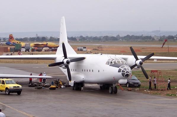 Ан-8 - военно-транспортный самолет