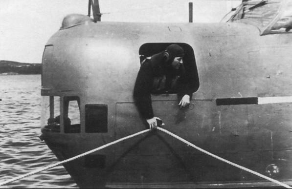 Швартовка летающей лодки Бе-6 на бочку