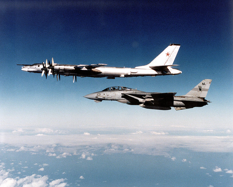 F-14 сопровождает советский стратегический бомбардировщик Ту-95, 1991 год