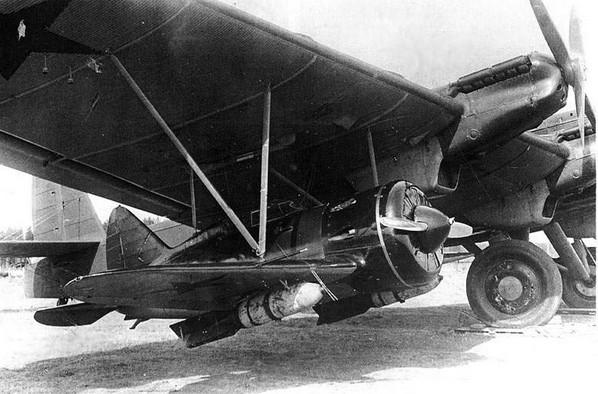 И-16 подвешенный к крылу ТБ-3