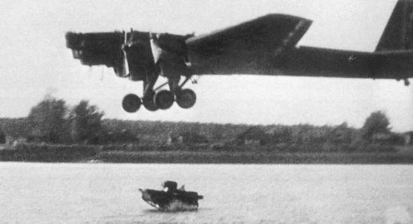 Сброс в воду танкетки Т-37 с ТБ-3