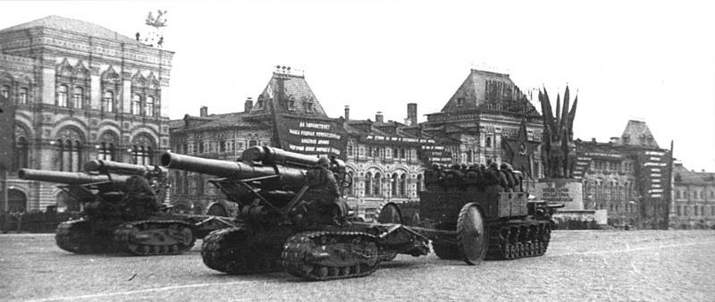Артиллерийские тягачи 'Коминтерн' на параде буксируют пушки Бр-2