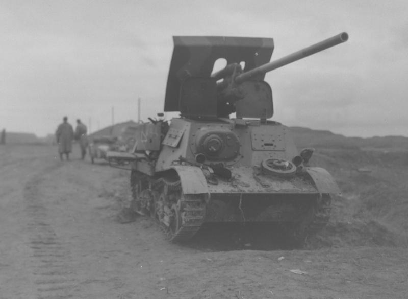 Советская противотанковая <a href='https://arsenal-info.ru/b/book/496352779/6' target='_self'>самоходная артиллерийская установка</a> ЗИС-30 на базе тягача-транспортера Т-20 «Комсомолец» 3-й серии, брошенная на дороге из-за технической неисправности