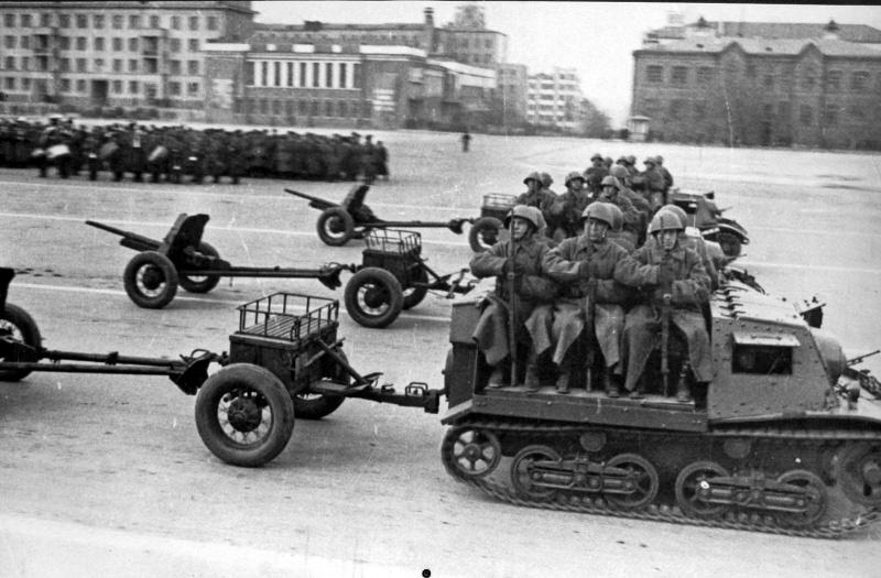 Гусеничные полубронированные артиллерийские тягачи Т-20 «Комсомолец» с 45-мм противотанковыми пушками на параде 7 ноября 1941 года в городе Куйбышеве