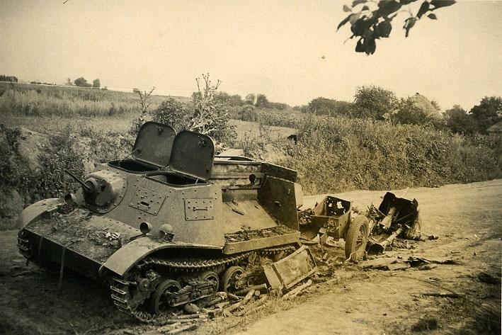 Поврежденный тягач Т-20 Комсомолец с полностью разбитой 45-мм противотанковой пушкой летом 1941 года.