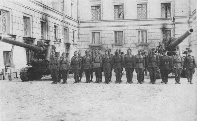 Личный состав одной из батарей 73-го корпусного артиллерийского полка после награждения у 152-мм пушек образца 1935 года Бр-2