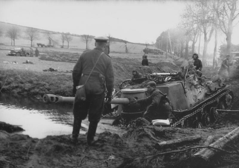 Советская тяжелая <a href='https://arsenal-info.ru/b/book/496352779/6' target='_self'>самоходно-артиллерийская установка</a> ИСУ-122С преодолевает водную преграду вброд