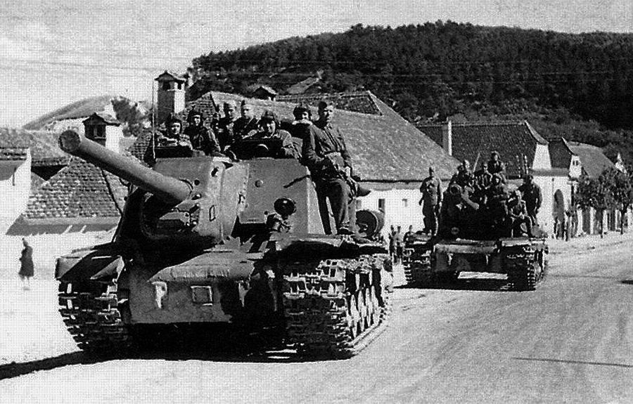 Советские САУ ИСУ-122 и танк ИС-2 на одной из дорог Трансильвании (Румыния). 3-й Украинский фронт, сентябрь 1944 года