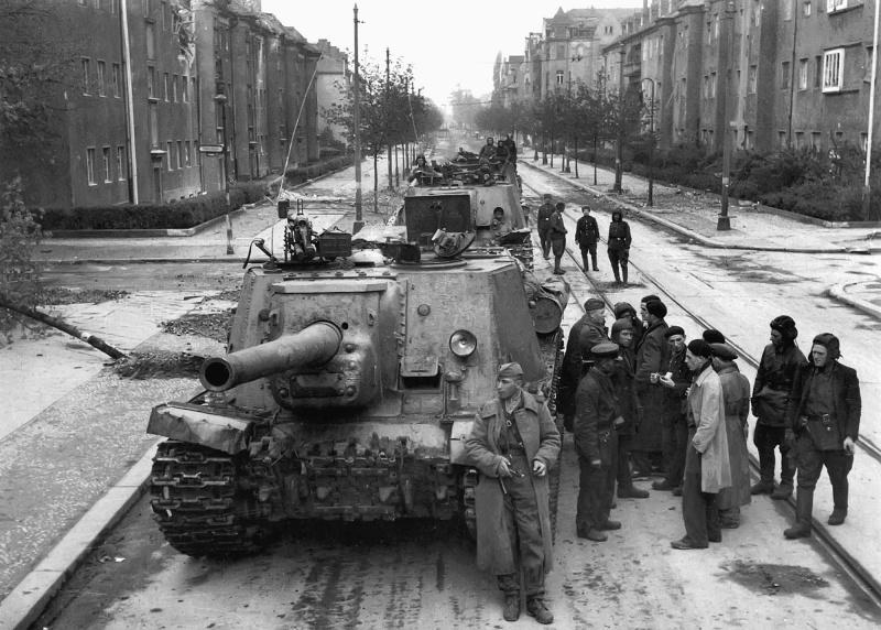 Колонна советских САУ ИСУ-122 на одной из улиц Берлина