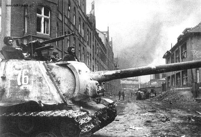 Советская САУ ИСУ-122 с установленным на броневой рубке зенитным 12,7-мм пулеметом ДШК на перекрестке улиц Штифтсвинкель (Stiftswinkel) и Ам Хольцраум (Am Holzraum) в Данцигe