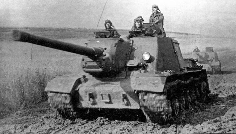 Советские САУ ИСУ-122 на марше. 1-й Украинский фронт, 1945 год.