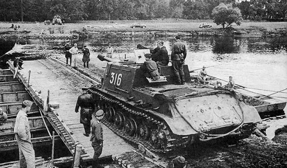 ИСУ-122 на переправе через реку