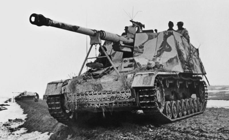 Истребители танков «Насхорн» Sd.Kfz. 164 («Nаshorn», 8.8 cm PaK 43/1 auf Geschützwagen III/IV (Sf) 88-го батальона тяжелых истребителей танков (Schwere Panzerjäger-Abteilung 88) Вермахта на проселочной дороге, в ходе боев в районе Каменец-Подольска