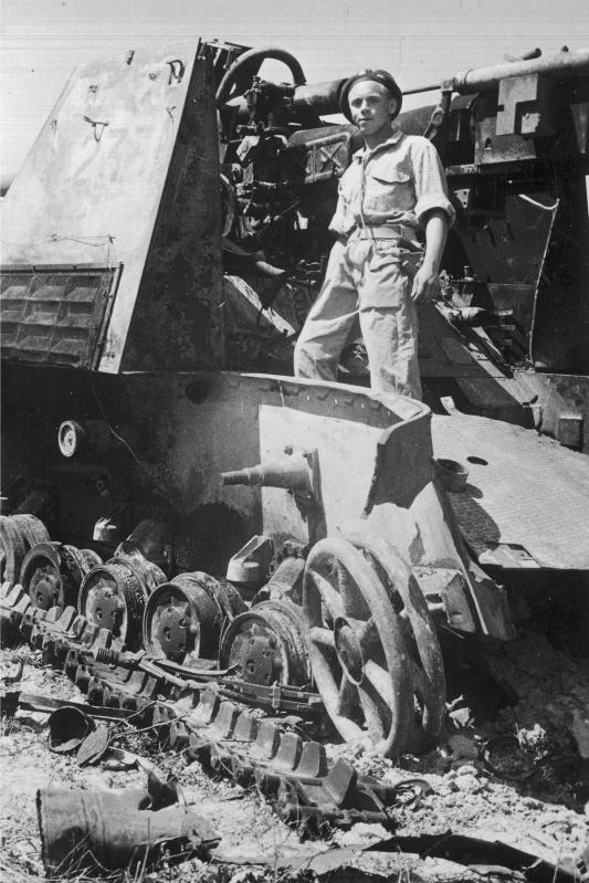 Танкист 2-го Польского корпуса (2 Korpus Polski) стоит на подбитой немецкой противотанковой САУ «Насхорн» (Sd.Kfz. 164 Nashorn) в Италии на Готской линии (Gotenstellung)