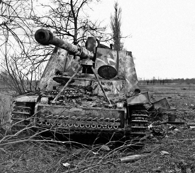 Самоходное орудие «Насхорн» из 93-го тяжелого армейского противотанкового дивизиона — s.H.Pz.Jg.Abt.93 (Schwere Heeres Panzerjäger Abteilung 93), подбитое во время танковой дуэли с американским истребителем танков M10 «Wolverine»