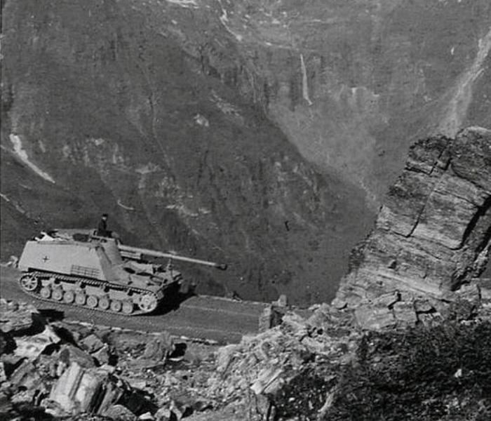 Немецкая противотанковая САУ «Насхорн» (Sd.Kfz. 164 «Nashorn») совершает марш в Альпах