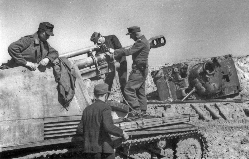 Немецкие самоходчики и самоходная гаубица Wespe. На заднем плане виден перевернутый танк M4 «Шерман». Восточный фронт