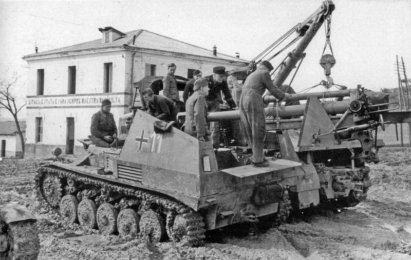 Установка 105-мм пушки в легкую немецкую самоходно-артиллерийскую установку «Vespe» (Sd.Kfz.124 Wespe) с помощью тягача-крана Sd.Kfz.9/1