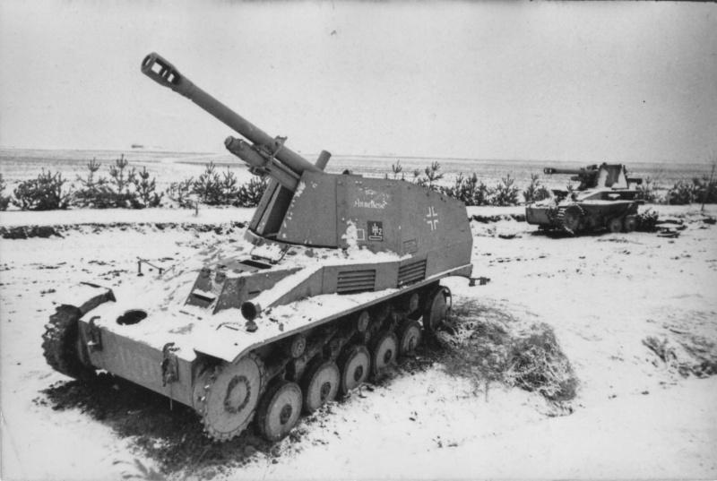 Подбитые и брошенные западнее Житомира немецкие 105-мм САУ «Веспе» (Sd.Kfz.124 Wespe). Ближняя самоходка носила имя собственное — «Аннелиза». 1-й Украинский фронт.