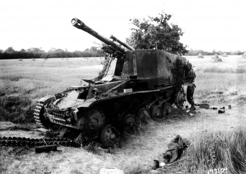 Немецкая самоходная гаубица «Wespe» из 116-й <a href='https://arsenal-info.ru/b/book/1627328415/38' target='_self'>танковой дивизии</a> вермахта, подбитая 12 августа 1944 года в районе французского города Мортре танками 5-й бронетанковой дивизии армии США