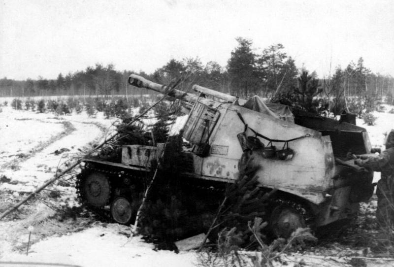 Немецкая 105-мм легкая полевая самоходная гаубица Sd.Kfz. 124 «Веспе» (IeFH 18 auf Fahrgestell des GeschutzWagen II Wespe) на огневой позиции.