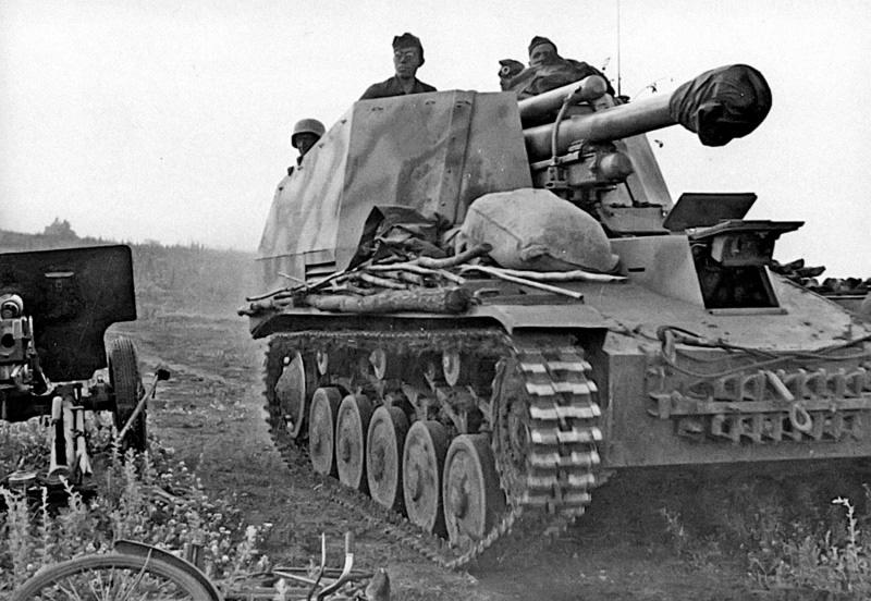 Немецкая 105-мм САУ «Веспе» (Sd.Kfz.124 Wespe) из 74-го полка <a href='https://arsenal-info.ru/b/book/496352779/6' target='_self'>самоходной артиллерии</a> 2-й танковой дивизии вермахта, проезжает рядом с брошенным советским 76-мм орудием ЗИС-3 в районе города Орел