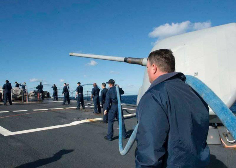 Моряки эсминца готовят корабль к приёму топлива