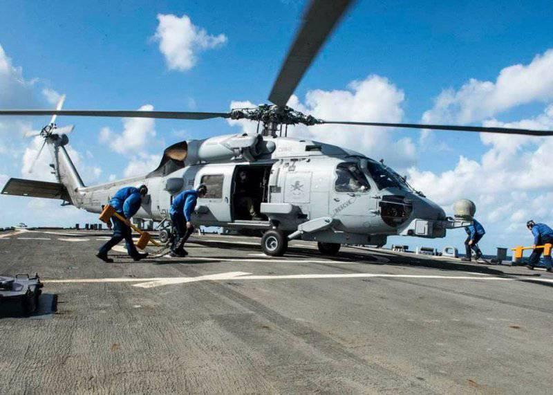 Посадка вертолёта на один из кораблей сопровождения