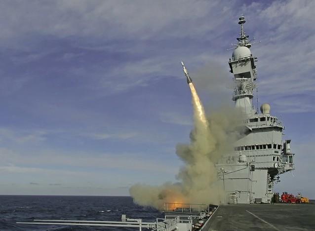 Пуск зенитной ракеты Aster-15 с авианосца «Шарль де Голль»