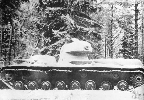 Подбитый <a href='https://arsenal-info.ru/b/book/890940884/3' target='_blank'>танк СМК</a> в глубине финских позиций