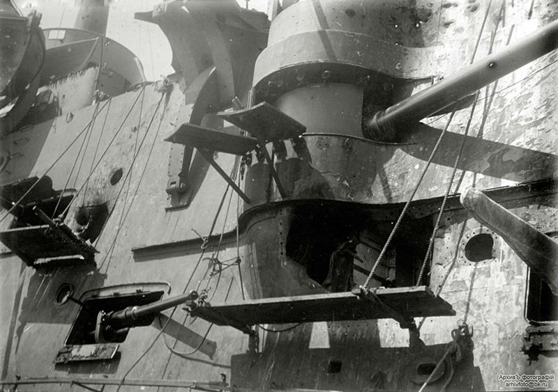 Повреждения эскадренного броненосца 'Пересвет' после боя в Жёлтом море. Пробоина под правым 152-мм орудием
