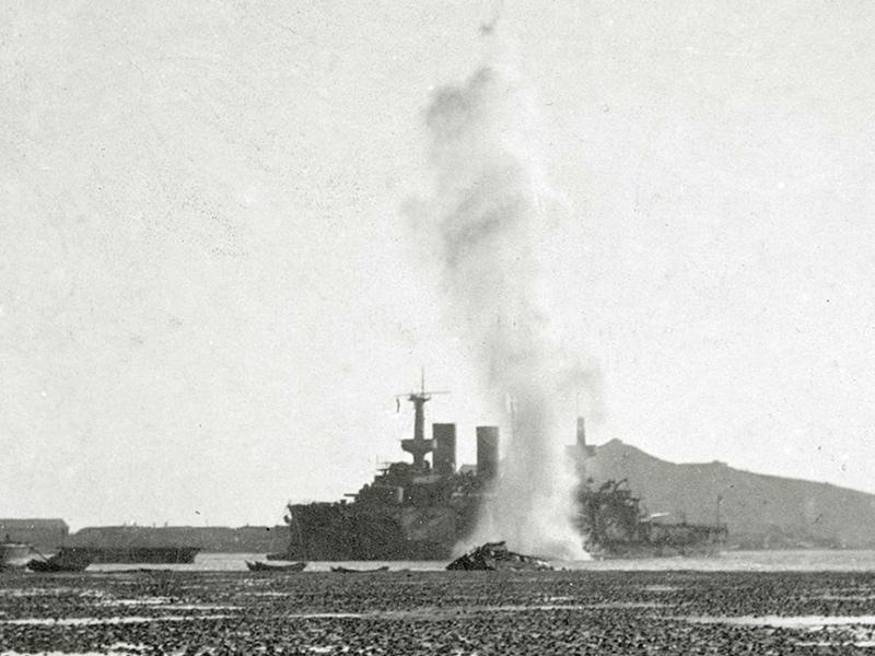 Эскадренный броненосец 'Пересвет' под обстрелом японской осадной артиллерии