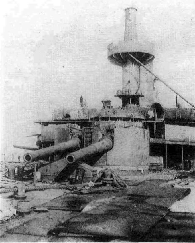 Взорванная кормовая башня броненосца «Пересвет»
