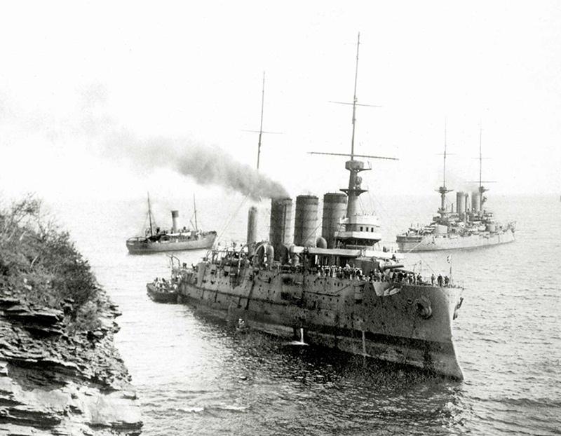 Начало спасательных работ. Слева за 'Пересветом' линейный корабль 'Чесма', справа - ледокол 'Надёжный'. Май 1916 года