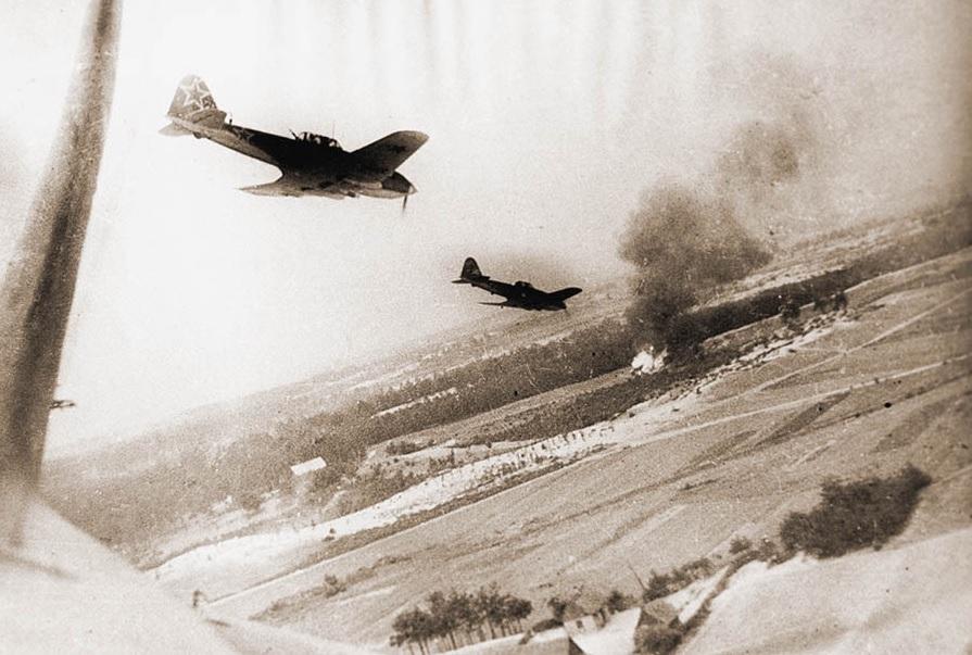 Штурмовики Ил-10 заходят на цель