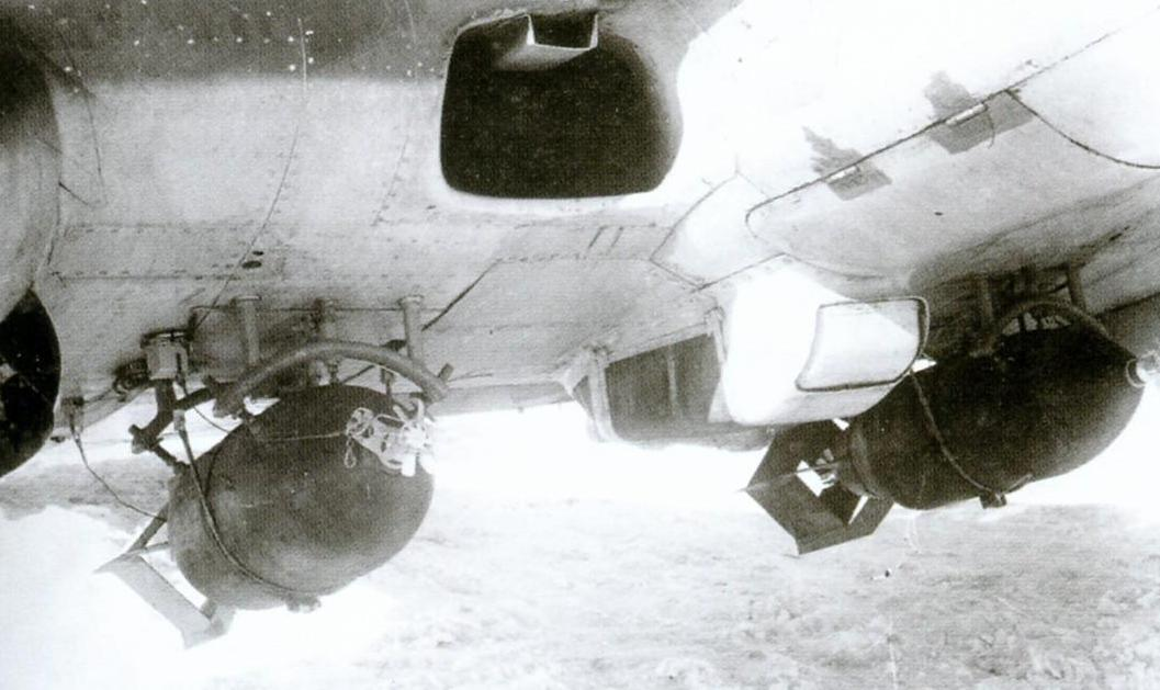 Фугасные бомбы ФАБ-100 на наружных держателях