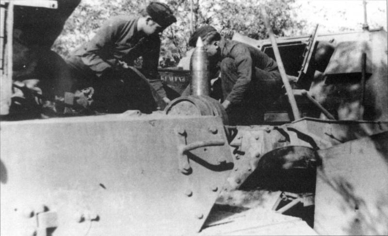 Погрузка боекомплекта в немецкое штурмовое орудие Штурмпанцер IV «Бруммбар» (15 cm Sturmpanzer IV «Brummbar»)