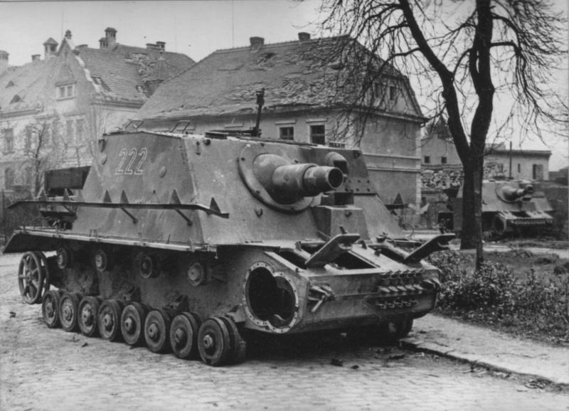 Брошенное немецкое штурмовое орудие «Бруммбар» (15 cm Sturmpanzer IV «Brummbar») 3-й (поздней) серии выпуска на базе танка Pz.Kpfw. IV Ausf. H с тактическим номером «222»
