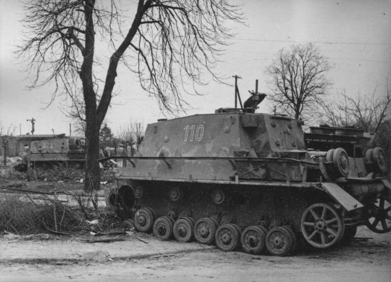 Брошенное немецкое штурмовое орудие Штурмпанцер IV «Бруммбар» (15 cm Sturmpanzer IV «Brummbar») 3-й (поздней) серии выпуска на базе танка Pz.Kpfw. IV Ausf. H с тактическим номером «110». На втором плане еще один «Бруммбар» с тактическим номером «222». В советских войсках эту машину называли «Медведь»