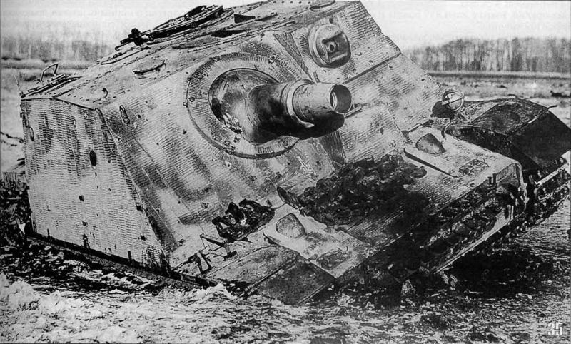Немецкое самоходное штурмовое орудие Sturmpanzer IV «Brumbar», застрявшее в топи и покинутое своим экипажем в полосе наступления советской 3-й армии