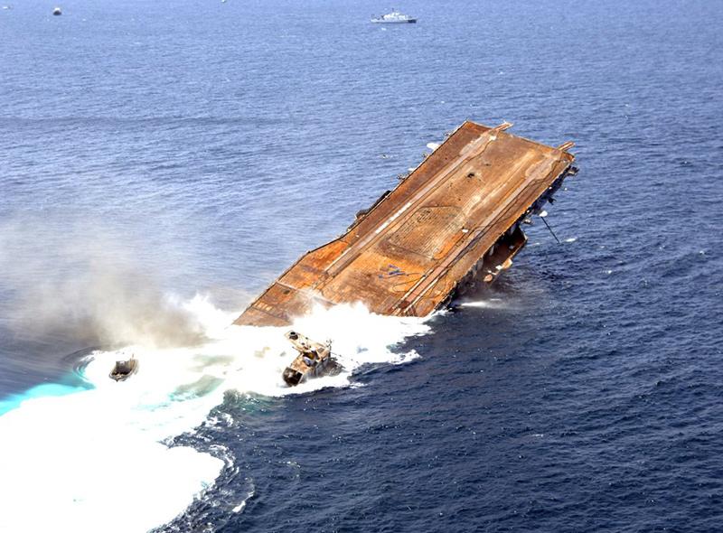Подрыв и затопление авианосца списанного в утиль