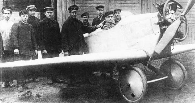 Фото АНТ-1 с конструктором А.Н.Туполевым (в центре)