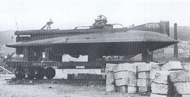 Фото подводной лодки 'Форель' на Балтийском заводе перед отправкой на Дальний восток.