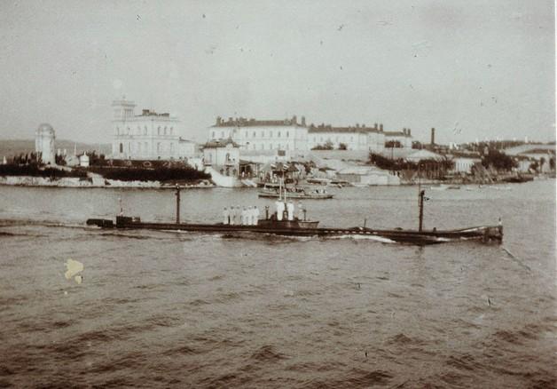 """ПЛ 'Камбала"""" входит в Южную бухту."""