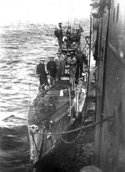 Подводная лодка 'Окунь' типа 'Касатка' у борта плавбазы перед выходом в море