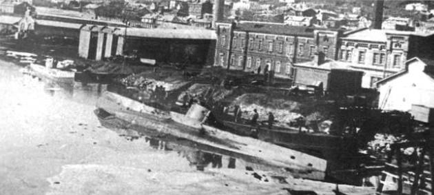 Субмарина 'Касатка' после потери остойчивости во время выгрузки аккумуляторов. 1905 г.