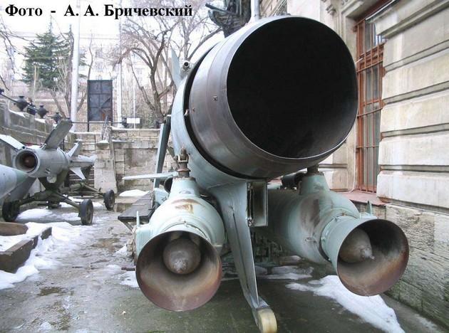 Маршевый и стартовые двигатели ракеты П-35 (П-6)