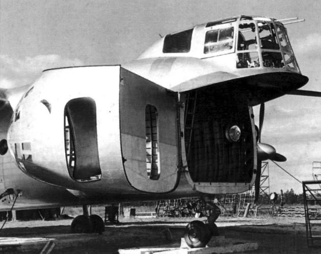 Проем в фюзеляже Ка-22 для погрузки-выгрузки грузов и техники