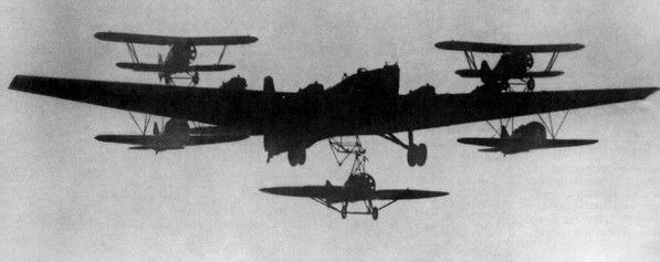 Система «Самолет-Звено». Бомбардировщик ТБ-3 несет на себе два И-5 на крыле, два И-16 - под крылом и один И-Z - под фюзеляжем.